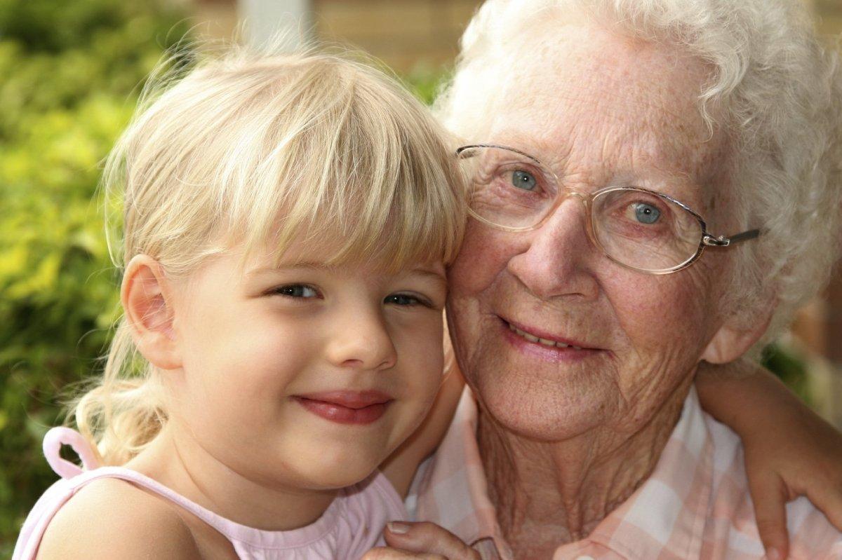 Pani, ktorej osteoporóza nedovolila vziať do náručia vnúčatá, si ich teraz s radosťou užíva